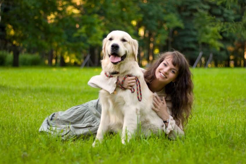 Perro y chica joven sonriendo y felices
