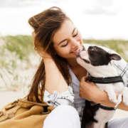 Chica queriendo a su perro